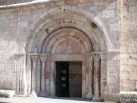 Porche de l'église en marbre rose