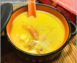 Soupe complète aux légumes, crevettes et vermicelles à la thaïe