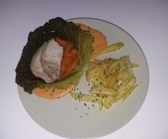 roti de porc dans sa feuille de chou , tagliatelle de carotte et frites vapeurs , sauce chorizo