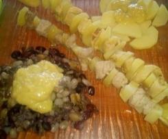 Brochettes de dinde marinée et de porc au miel vapeur, accompagnées d'un mix de légumes secs colorés et pommes de terres