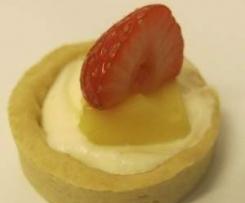 Tartelette et son cube citron vert, basilic, ses fraises et sa chantilly aromatisée