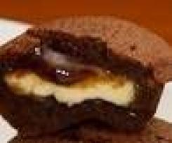 Soufflé au chocolat avec un cœur au chocolat blanc