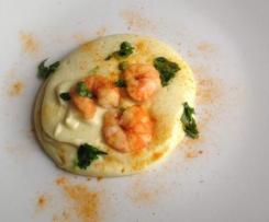 Chou-fleur en purée et crevettes au curcuma