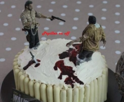 Gâteau Walking Dead (Red Velvet Layer Cake) orné de son faux sang comestible et de ses figurines
