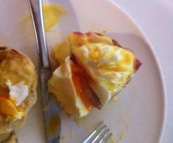 Œufs pochés Benedict (NYC eggs Benedict avec muffins anglais et sauce hollandaise)