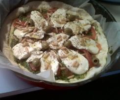 pizza sur fond de pistou tomate mozza aux pignons