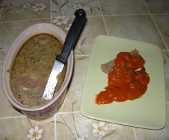 Gâteau de foies de volaille, sauce tomate olives et champignons
