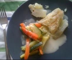 Filets de poisson blanc et petits légumes en sauce