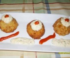 Boulettes de pommes de terre farcie de viande et sa sauce d'oeufs au plat (recette d'Ana Sevilla du forum Thermomix espagnol)