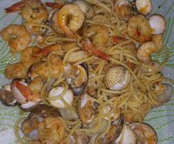 spaguetti sauce piquante accompagne de crevette à l'ail et coque