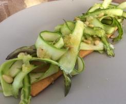 Salade d'asperges vertes, vinaigrette au citron confit, sur sablé au Comté